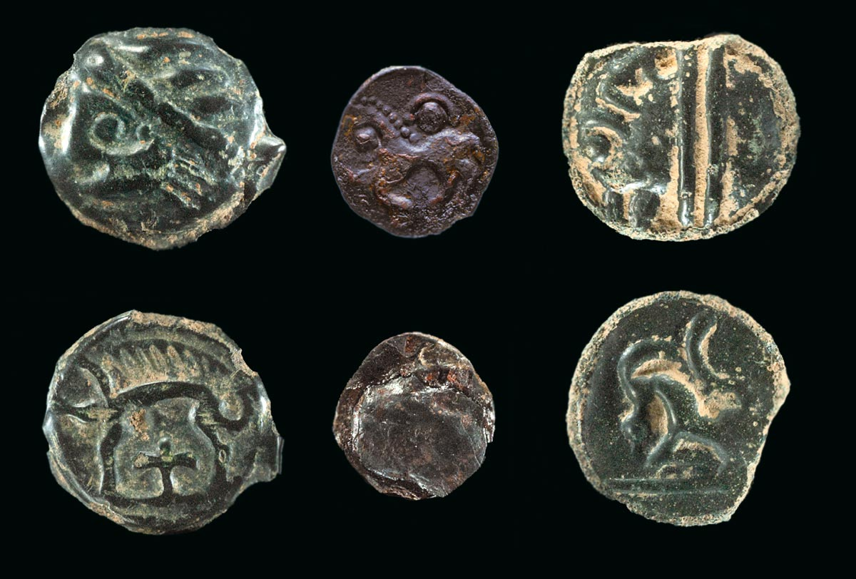 Celtic bronze and silver coins from the oppidum Heidengraben. The coins served as important means of payment (C. Schwarzer, LAD, RP Stuttgart).